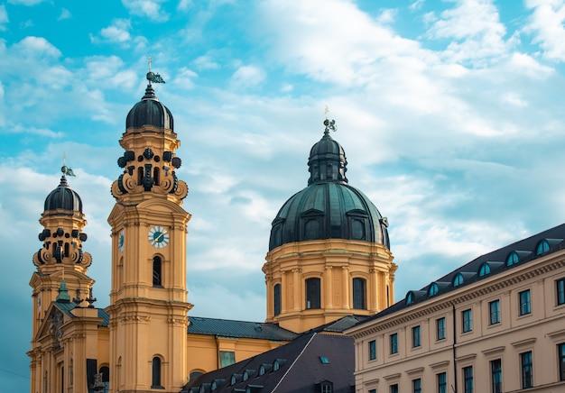 Театическая церковь под солнечным светом и облачным небом в мюнхене в германии