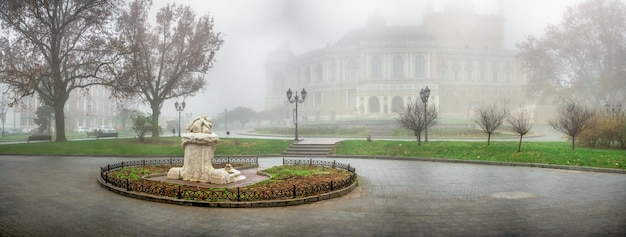 霧の秋の日に、ウクライナ、オデッサの劇場広場