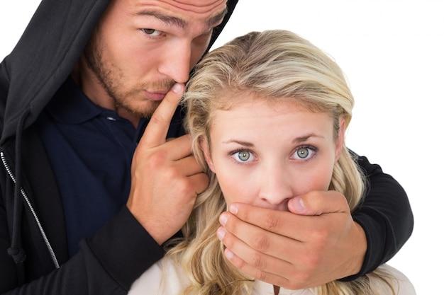 Кража, охватывающая рот молодой женщины
