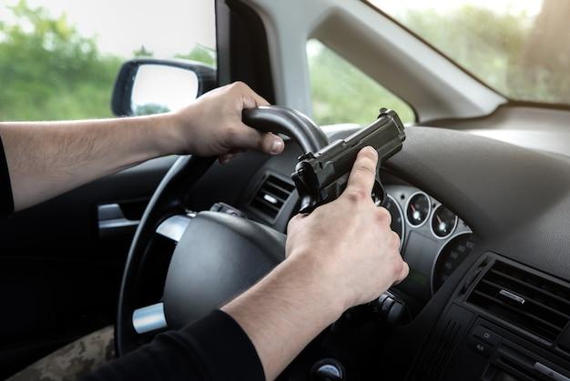 Кража автомобиля. человек с ружьем за рулем. угон автомобиля. грабежи и преступление.