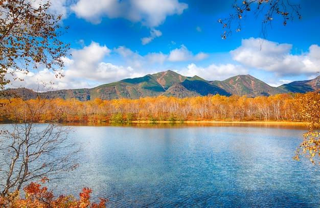 Thela高い岩と湖のある美しい風景