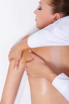 여성의 허리와 어깨를위한 치료 마사지-침대에 누워