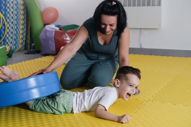 大脳性麻痺児のリハビリを行うセラピスト