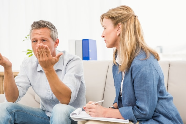 男性患者の心配を聞くセラピスト