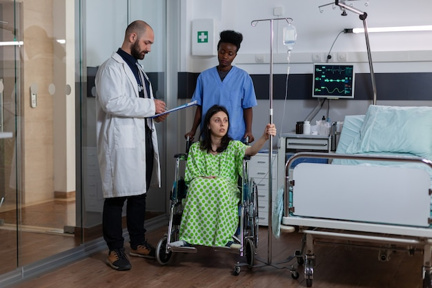 병원 병동의 클립보드에 치료사 의무병 쓰기 질병 회복