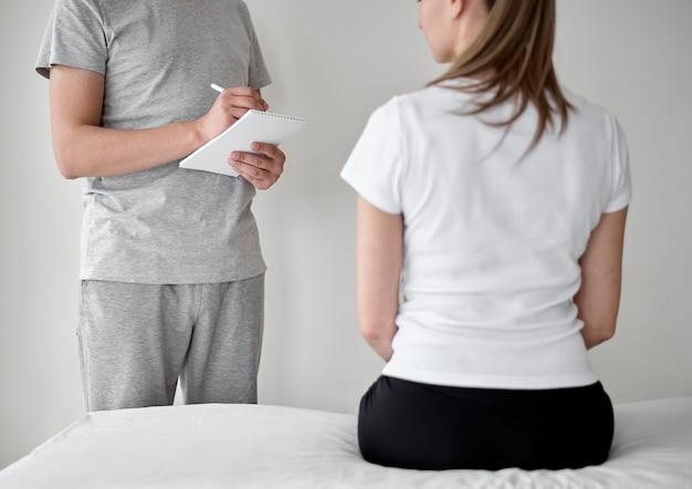女性患者と理学療法を受けているセラピスト