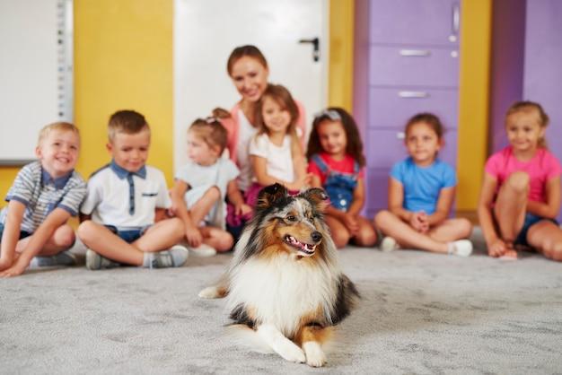 Cane da terapia e gruppo di bambini