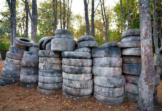 ペイントボールをプレイするためのベースには、放棄された古いタイヤや損傷したタイヤがたくさんあります