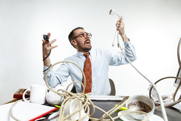 На рабочем месте много проводов и в них постоянно запутывается человек