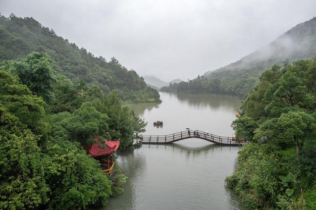 湖にはボート、橋、流水があります