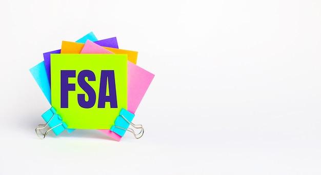 Fsa flexible spendingaccountというテキストが付いた明るいマルチカラーのステッカーがあります。コピースペース
