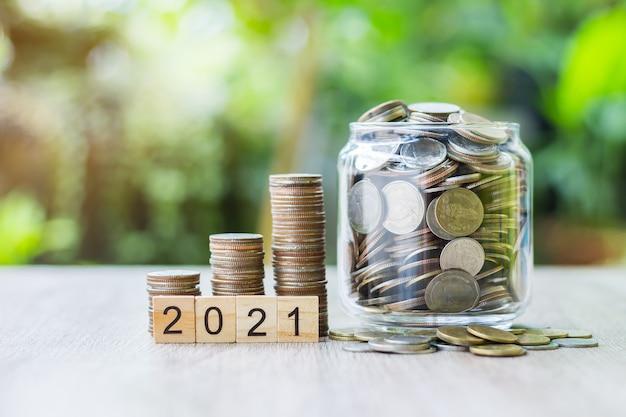 成長するグラフのように木製のテーブルの上にコインが置かれています。