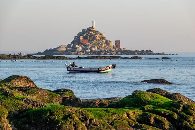 Есть острова посреди моря и рифы и пляжи на побережье.