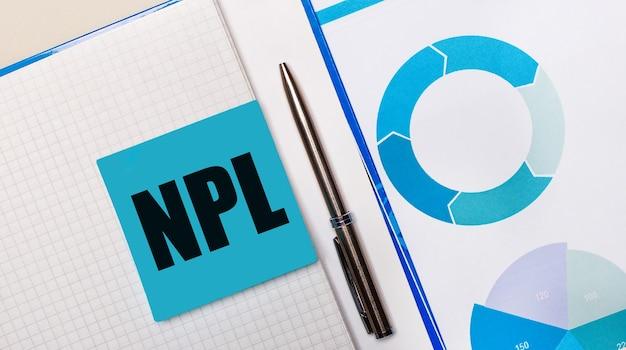 Npl non performingloanというテキストが付いた青い付箋と青いチャートの間にペンがあります