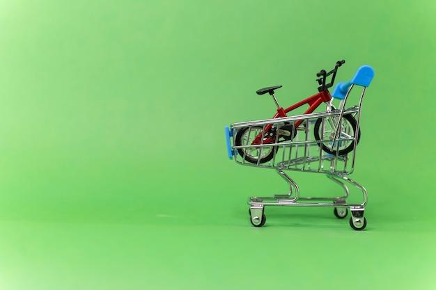 Красный велосипед в продуктовой корзине распродажа спортивных товаров быстрая доставка велосипеда аренда спорткара
