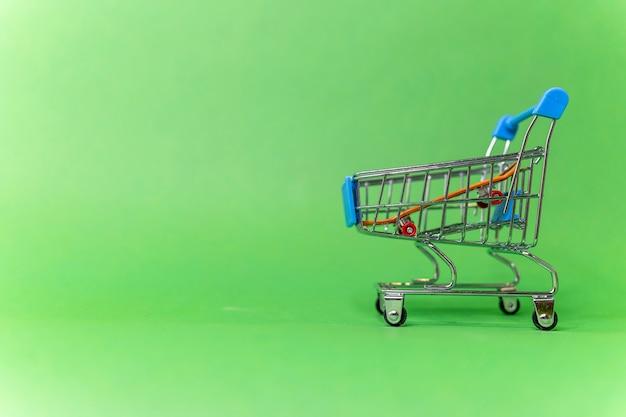 Скейтборд в корзине продуктов продажа спорттоваров быстрая доставка велосипеда аренда спорткара