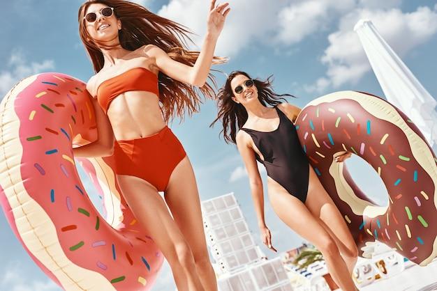あなたが屋上のプールで楽しんでいる女の子を楽しんでいるとき、恐れはありません