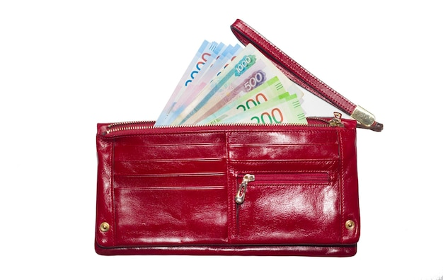 지갑에 지폐가 있습니다. 러시아 새 지폐 돈이 든 빨간 지갑