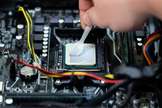 На процессор ноутбука нанесена термопаста