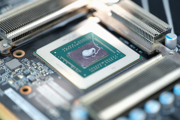 ビデオカードのクローズアップのためにマイクロチップ上に横たわっているサーマルペースト