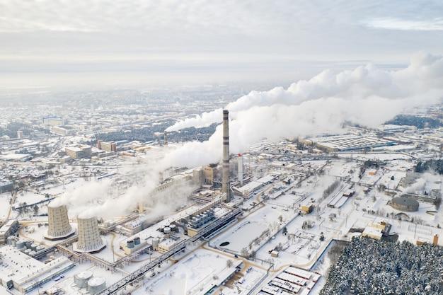 ミンスク市の冬の火力発電所。大きな煙突から煙が出ています。