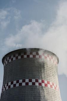 Тепловая электростанция на фоне неба. загрязнение окружающей среды