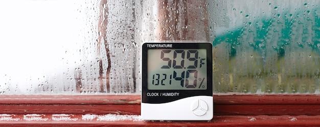 Электронный термометр и гигрометр для контроля температуры и влажности. показатель влажности указывается на гигрометре прибора.