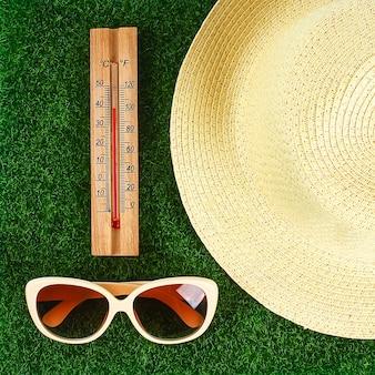 太陽の夏の日に40度の高温を表示する温度計。