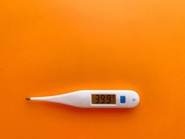 オレンジ色のテーブルの温度計