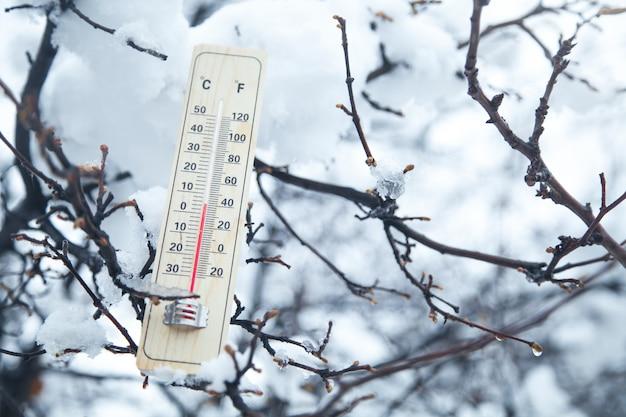 木の温度計。気温、冬
