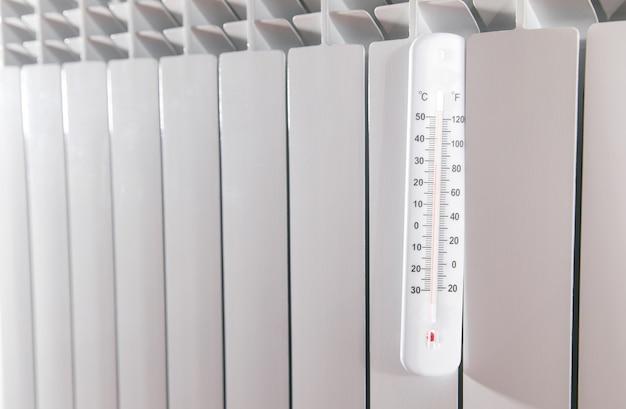 Термометр на радиаторе отопления.