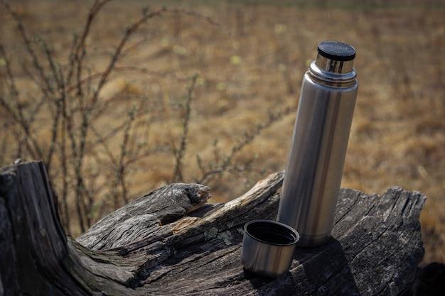古い木の魔法瓶