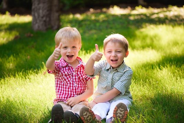 この二人の少年は親友です。すべての人生の友達。