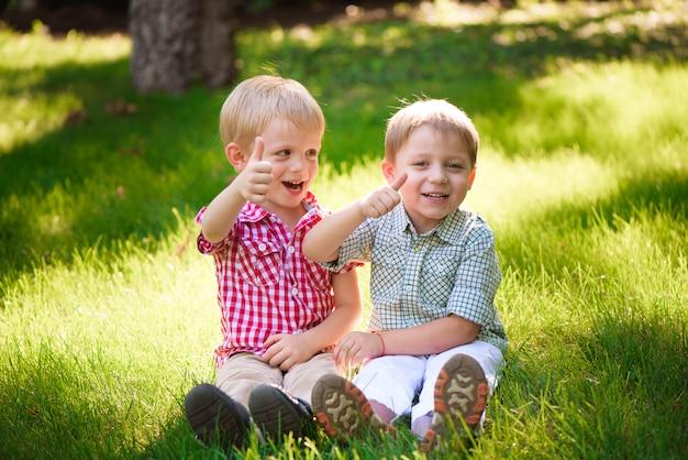 이 두 소년은 가장 친한 친구입니다. 인생의 친구들.