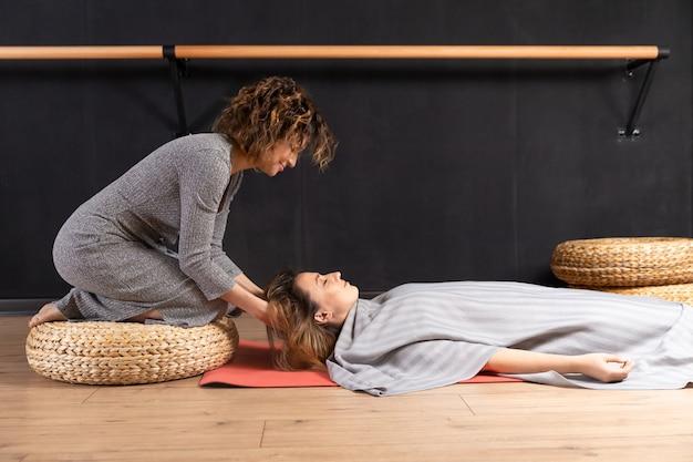 Концепция тетахилинга. медитация в процессе. две женщины успокаивают свой ум.