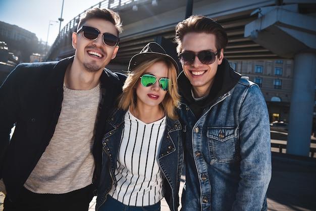 彼らはとても面白いです。屋外で楽しんで楽しんでいる笑顔の友達のグループ。