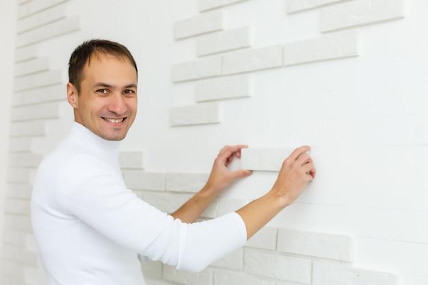 彼らは壁をタイル張りしていて、専門的な仕事で熟練した職人を必要としています。