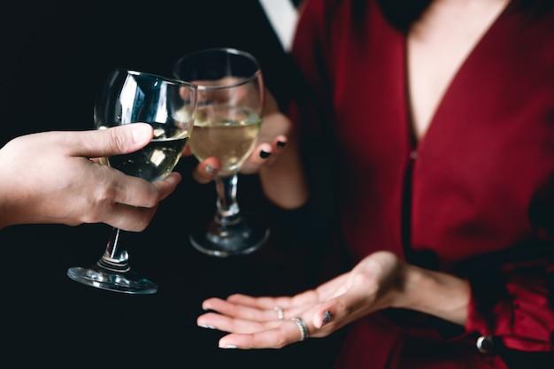 彼らは白ワインで成功を祝う。