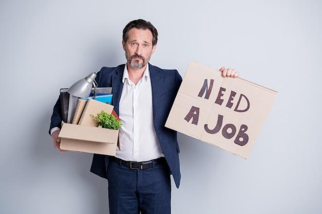 그들은 더 젊은 사람을 선택했습니다. 우울한 패자 나이 든 노동자 남자의 절망적 인 도움을 요청 금융 위기 잃어버린 직장 보류 상자 소지품 검색 기회 종료 정장 고립 된 회색 배경