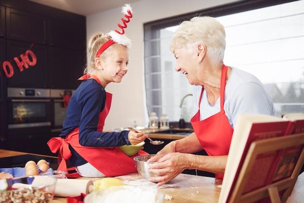 彼らはクッキーを作って喜んでいます