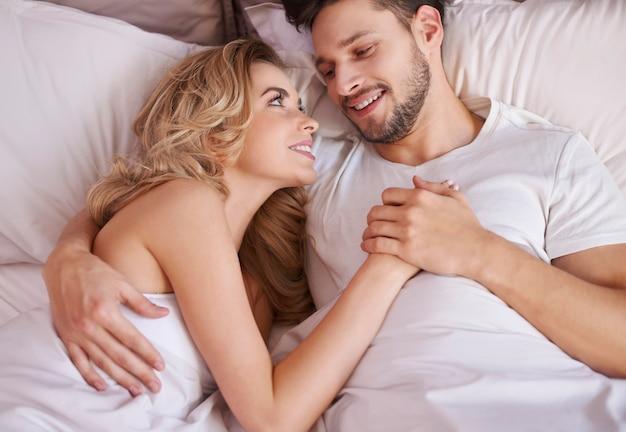 彼らは本当に幸せなカップルのように見えます