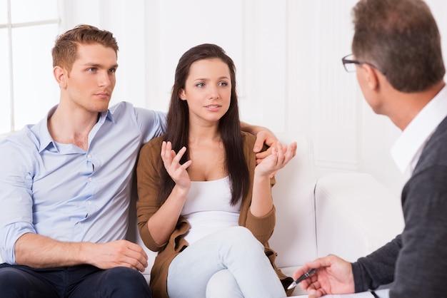 Им нужен совет специалиста. разочарованная молодая пара рассказывает психиатру о своих проблемах в отношениях
