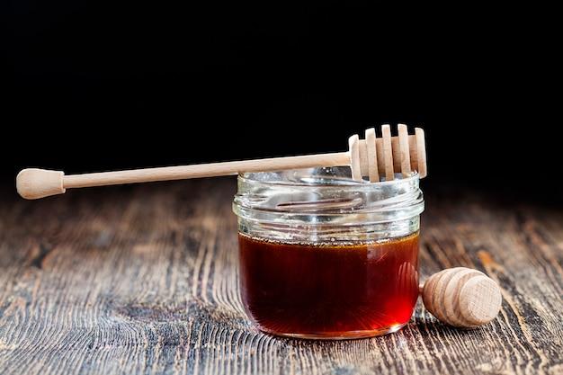 そばの花の濃い赤色の濃厚で甘いそば蜂蜜、天然蜂そば蜂蜜は粘り気のある濃厚な粘り気と赤い色合いを持っています