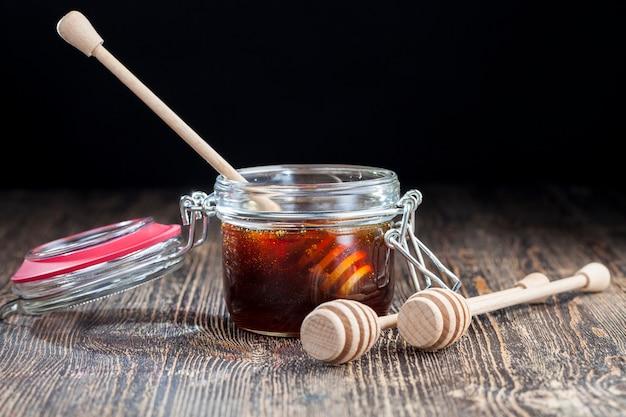메밀꽃에서 추출한 진한 붉은 색의 두껍고 달콤한 메밀 꿀