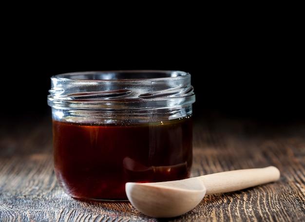 濃い赤色の濃厚で甘いそば蜂蜜