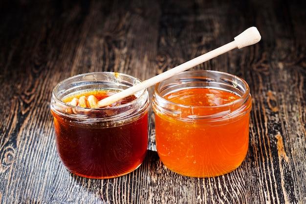 다양한 종류와 맛의 진하고 달콤한 꿀, 유리 용기에 포장된 천연 벌꿀, 무설탕, 꿀벌만이 채취한 천연 꿀
