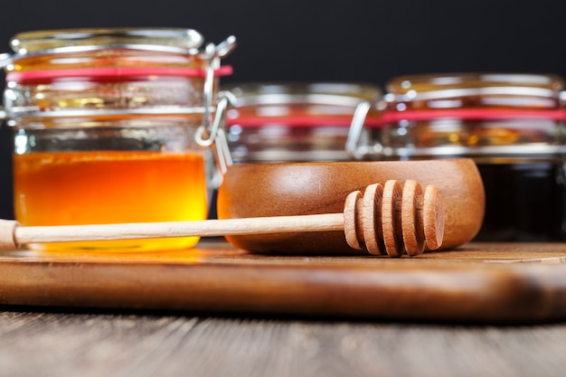 Густой и сладкий мед разных сортов и вкусов, натуральный пчелиный мед, упакованный в стеклянную тару, натуральный мед без сахара, собранный только пчелами.