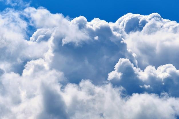 Густые большие облака в голубом небе