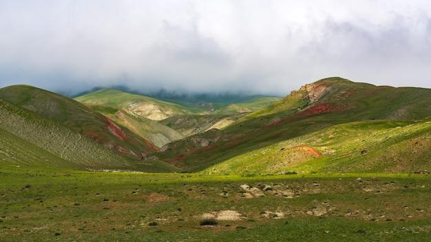 Густые облака над зелеными горами