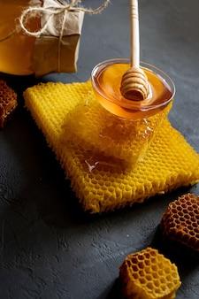 나무 꿀 숟가락에 담그는 두꺼운 꿀